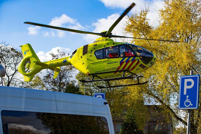 De traumahelikopter trok veel bekijks in de buurt.