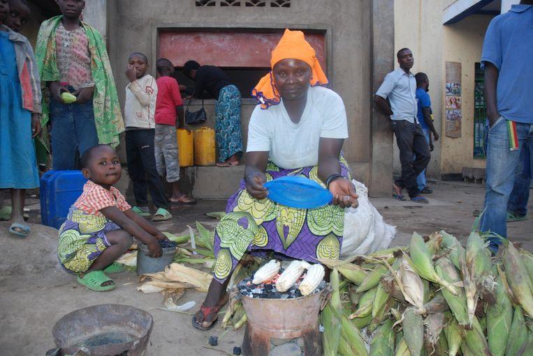 In 2016 verkocht de Rwandese weduwe Providence nog maïs op straat. Beeld