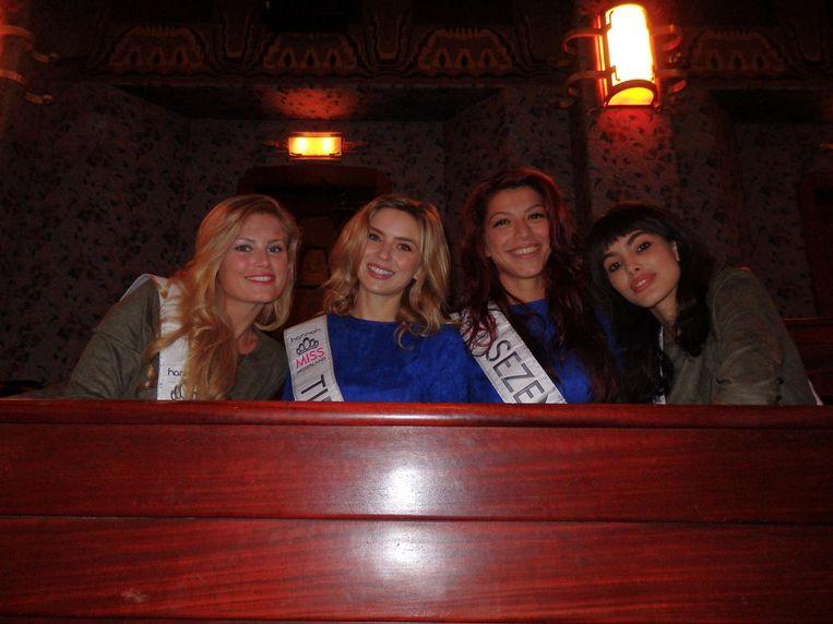 In de loges, finalisten van Miss Nederland: Jessica Wohrmann, Tiffany van der Zon, Sezen Cayir en Djerra Zwaan (vlnr). Waarom eigenlijk? 'Voor de leuk.' Beeld Schuim