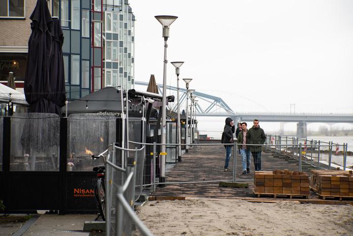Herinrichting Waalkade: de horeca heeft er al 7 meter terras bij gekregen (strook rechts).