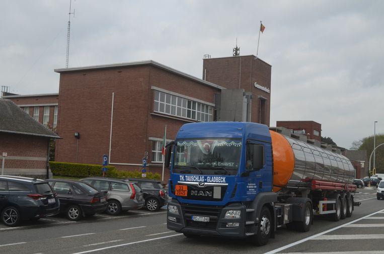 Dagelijks denderen er vrachtwagens door Zelzate-centrum, maar wel steeds minder.