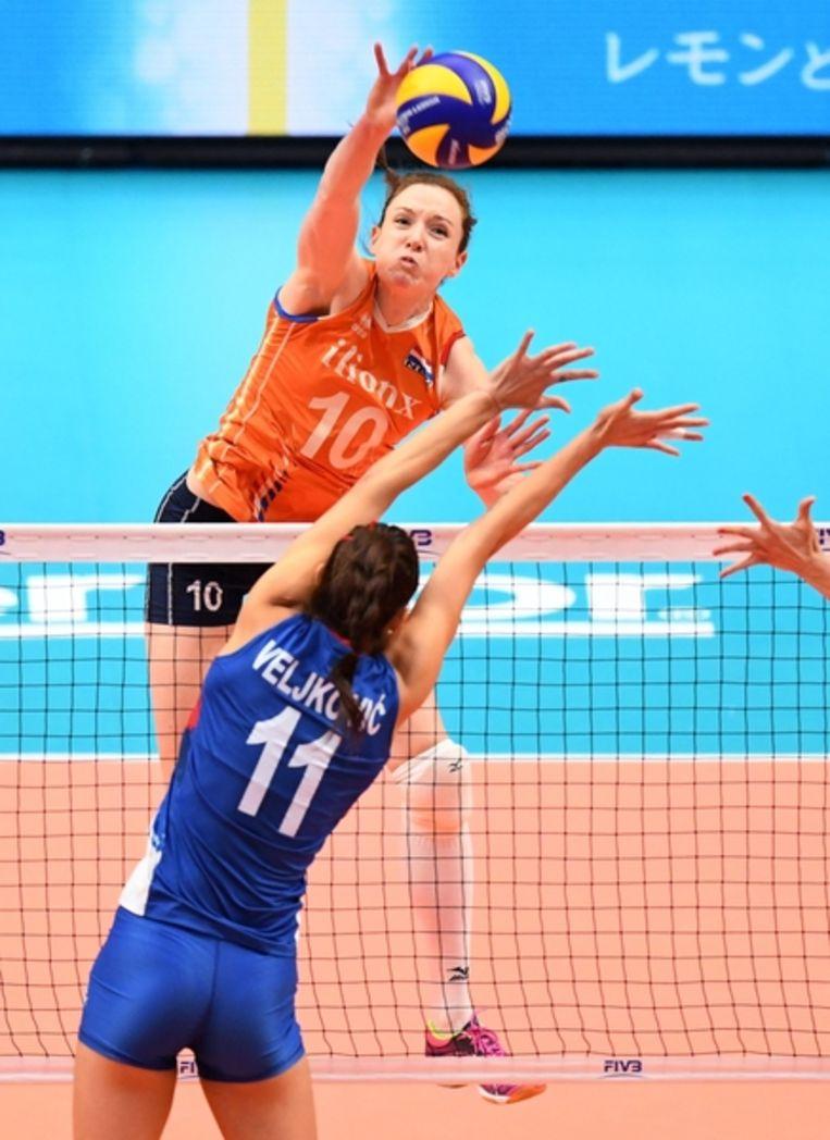 Lonneke Sloetjes (nummer 10) met een smash tegen Servië tijdens het laatste WK in Japan, oktober vorig jaar. Nederland werd toen vierde. Beeld AFP