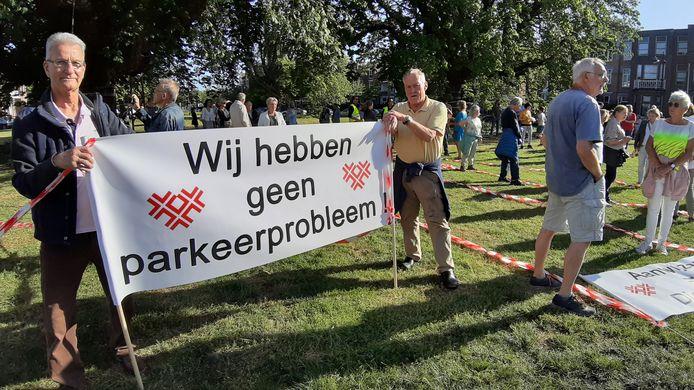 Henk Cornelisen (69) en Rien Prinsen (65, rechts) lopen mee in de protestmars tegen betaald parkeren in wijk Zandberg in Breda.