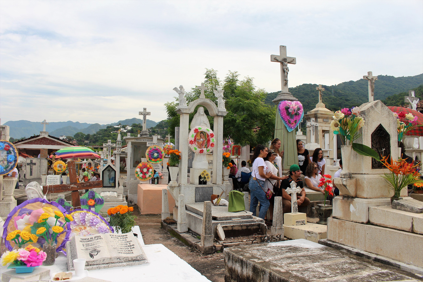 Hele families bivakkeren vandaag op het kerkhof, vergezeld van een flinke tas proviand