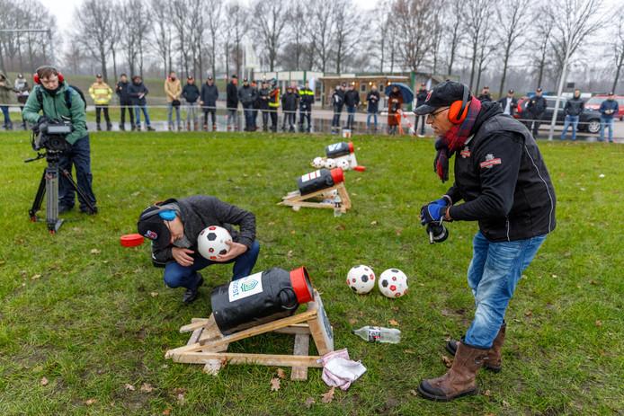 Burgemeesters van vier veiligheidsregio's krijgen les in carbid schieten, zo ook voor het eerst burgemeester Segers van Staphorst (links)