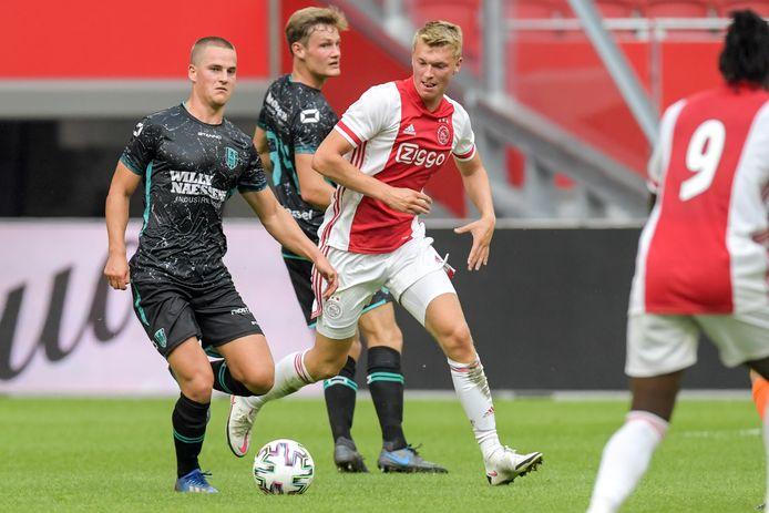 RKC'er Sebbe Augustijns aan de bal, naast hem Perr Schuurs van Ajax.