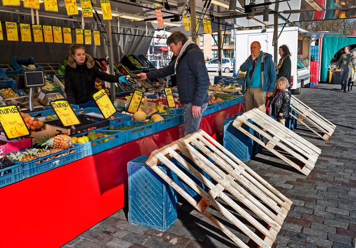 De groenteboer op de markt in Vleuten heeft pallets voor de kraam geplaatst om wachtende klanten op afstand te houden