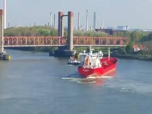 Tanker ramt bijna brug bij Spijkenisse