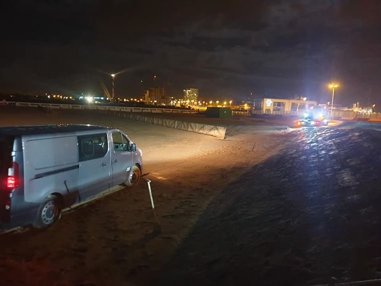 Takeldienst SOS Depannage kwam de Renault Trafic weghalen van het Klein Strand.