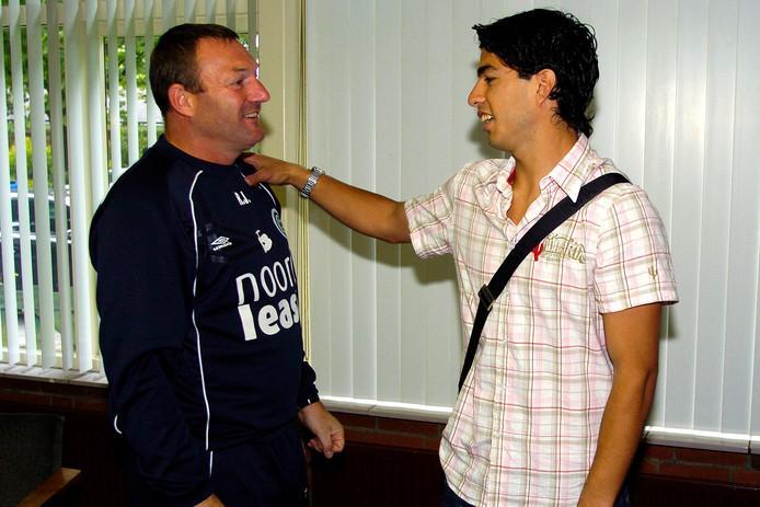 Luis Suárez neemt afscheid van Groningen-trainer Ron Jans.