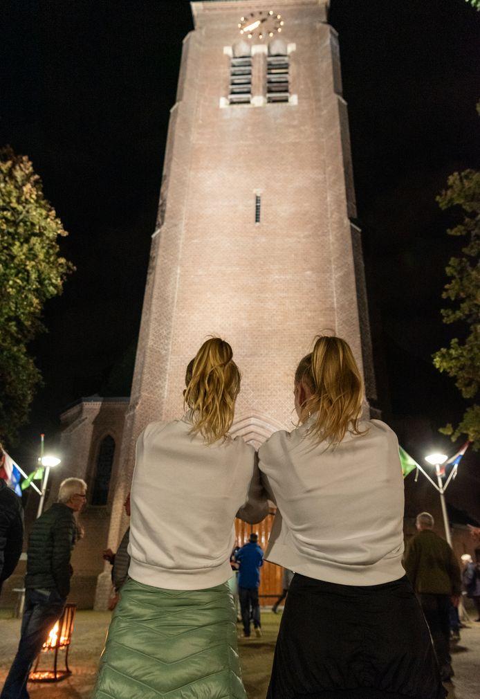 Hooglanders vereeuwigden de verlichting van de toren.