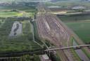 Rangeerterrein Kijfhoek met boven de aankomstsporen en onder de vertreksporen. Rechts van rangeerterrein en sloot de vier sporen van de doorgaande spoorlijn Rotterdam-Dordrecht.