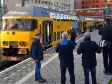 Spoorgekken pinken traantje weg op station Amersfoort: oudste dubbeldekker rijdt voor het laatst weg