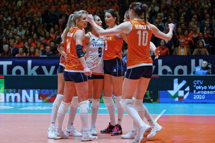De Nederlandse volleybalsters in actie tegen Azerbeidzjan.