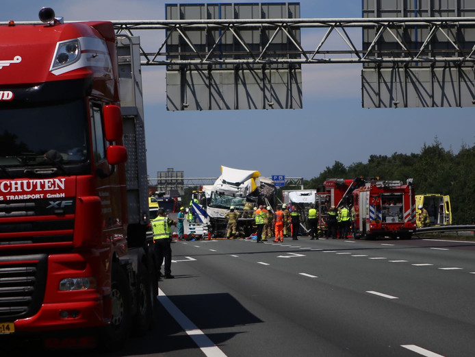 Groot ongeluk met vrachtwagens op de A12 bij Arnhem.