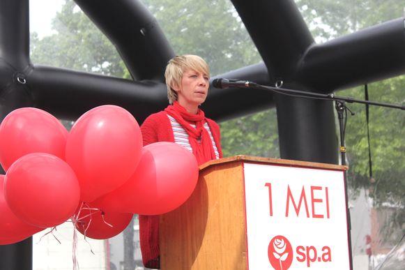 Anja Vanrobaeys geeft een speech op de Houtmarkt.