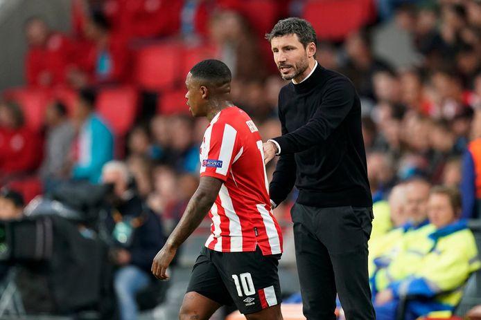 Mark van Bommel instrueert Steven Bergwijn tijdens PSV-Sporting Portugal.