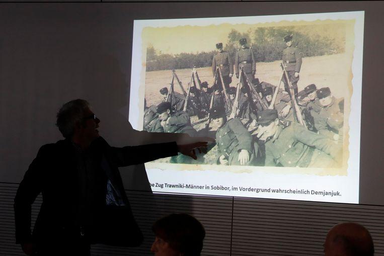 Onder de foto's zijn ook twee foto's van John Demjanjuk, de Oekraïense kampbewaker die in 2011 werd veroordeeld wegens medeplichtigheid aan de moord op 28.000 Joden in Sobibor.