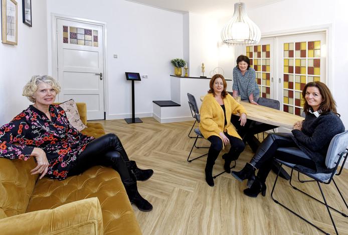 Sandra Kroeze (midden geel) in de wachtruimte van de nieuwe abortuskliniek. Verder op de foto de medewerkers vlnr. Esther Stek, Yvonne Blanke en Arion van Geel.