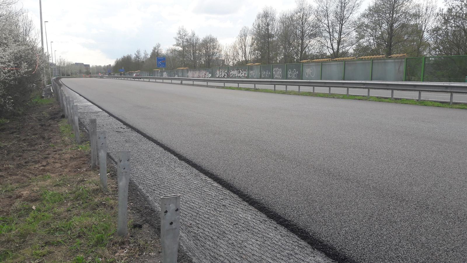 Het nieuwe wegdek van de A 348, hier zondagmiddag net na het aanbrengen, is het eerste gelabelde wegdek ter wereld. Het heeft het label CDBB.