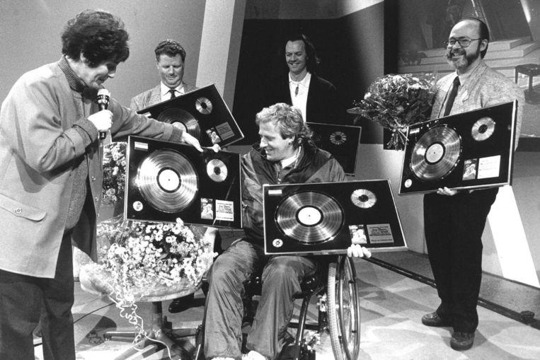 Koos Alberts krijgt een gouden- en platina plaat voor zijn L.P. Het Leven gaat door Beeld ANP