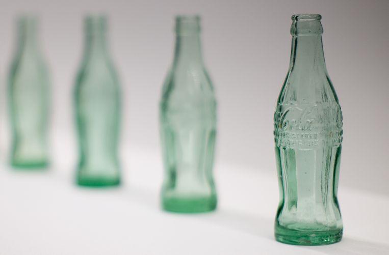 Lege Coca-Cola flesjes tijdens een expositie in een museum in Atlanta.  Beeld AP