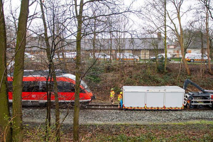 De trein die woensdagavond ontspoorde nadat het in aanrijding kwam met een omgevallen boom is weer op het spoor gezet en is op de weg terug naar Duitsland.