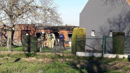 Achterbouw aan woning langs Staatsbaan brandt uit, nadat gasfles ontploft