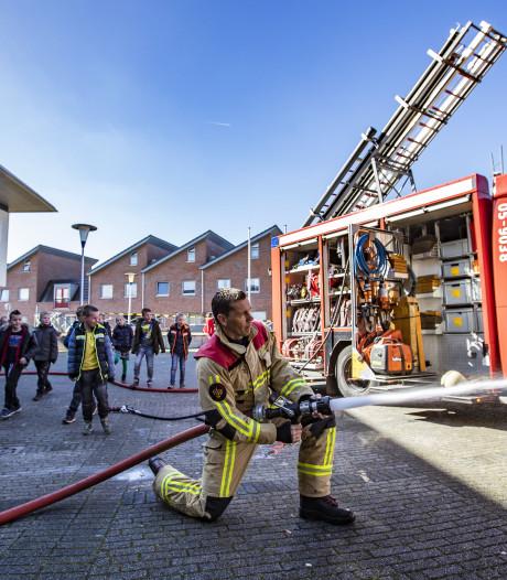 Brandweer Almelo leert kinderen alles over water