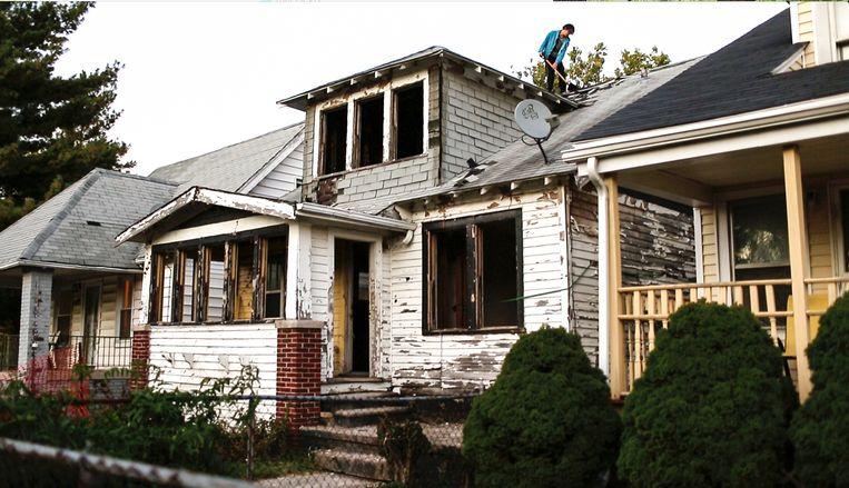 Het huis in Detroit met op het dak kunstenaar Ryan Mendoza. Beeld