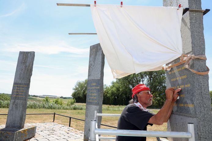 Ronny Ivens renoveert het Watersnoodmonument bij Kruisdorp. De negenhonderd letters hebben een nieuw laagje goudverf gekregen.
