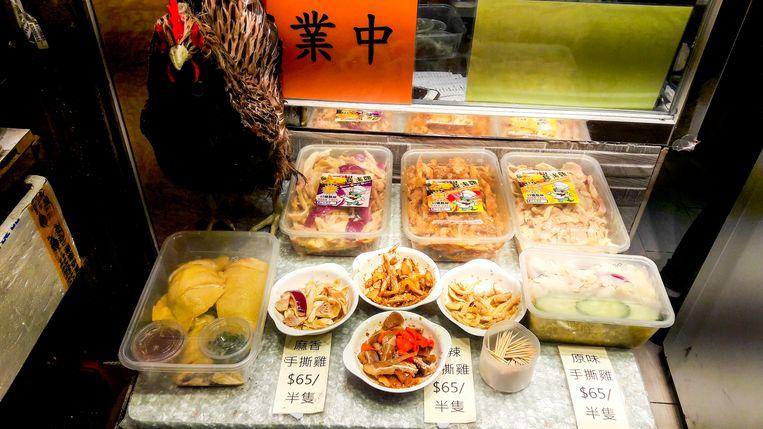 Diverse snacks langs de straat.  Beeld Nell Westerlaken