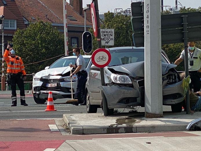Eén van de wagens kwam tot stilstand tegen een verlichtingspaal.
