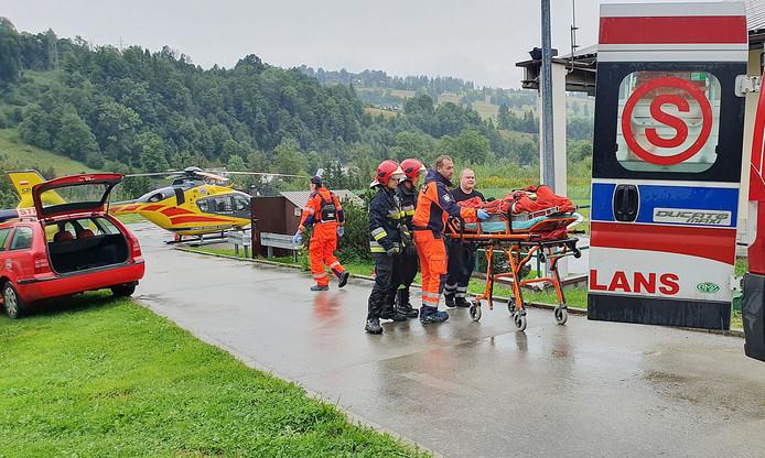 Ambulancemedewerkers ontfermen zich over de slachtoffers.