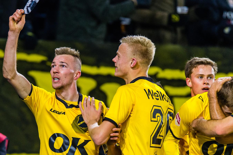 Jan Paul van Hecke (midden) viert de 2-0 van Arno Verschueren (links).