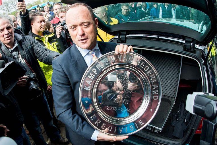 KNVB-directeur Bert van Oostveen met de kampioensschaal in Arnhem voor het duel Vitesse-Ajax Beeld anp