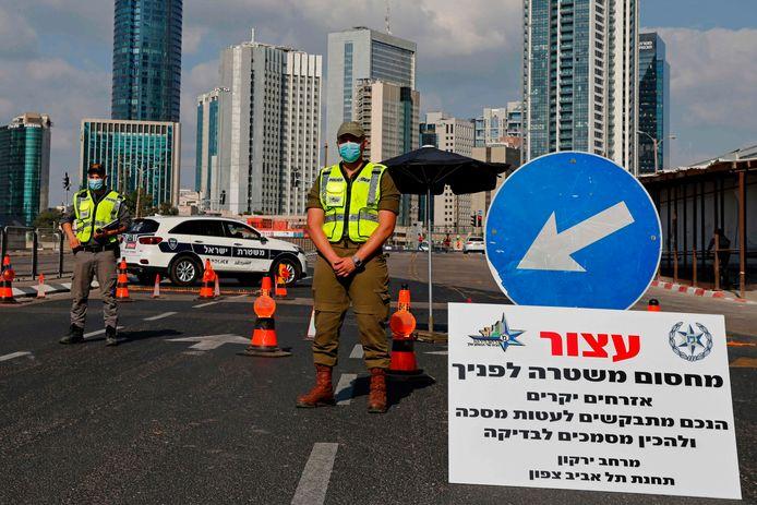 Een coronawegversperring in Tel Aviv.