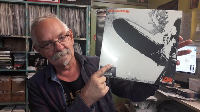 Johan Dollekamp met de elpeehoes van Led Zeppelin I.