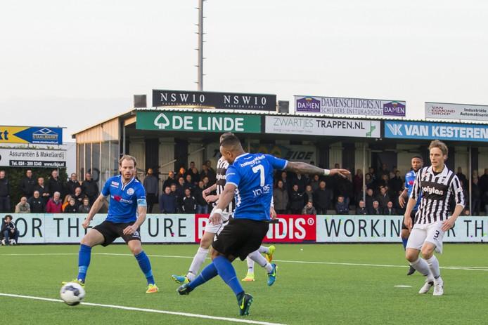 Mario Bilate (7) schiet al in de tweede minuut de 0-1 binnen voor FC Den Bosch. Aanvoerder Niek Vossebelt kijkt toe.