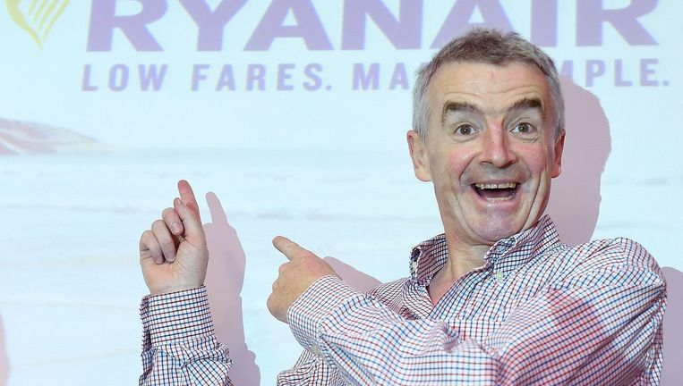 Michael O'Leary was eerst tegen de EU maar de Ryanair-baas onthult nu een vliegtuig met daarop de tekst 'Stronger, safer and better off in Europe'. Beeld epa