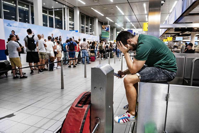 Drukte in de vertrekhal van luchthaven Schiphol. Het bedrijf dat de brandstof voor de vliegtuigen levert (Aircraft Fuel Supply) kampt met een storing, waardoor vliegtuigen niet kunnen worden volgetankt. Beeld ANP
