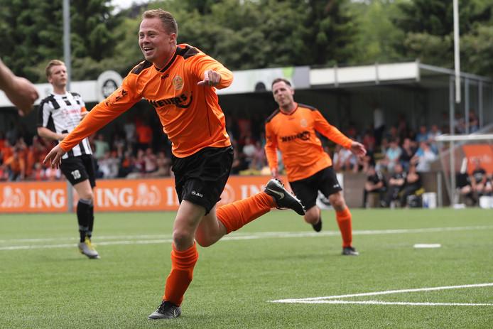 Sjoerd van der Hagt van Ewijk loopt juichend weg na de 2-0.