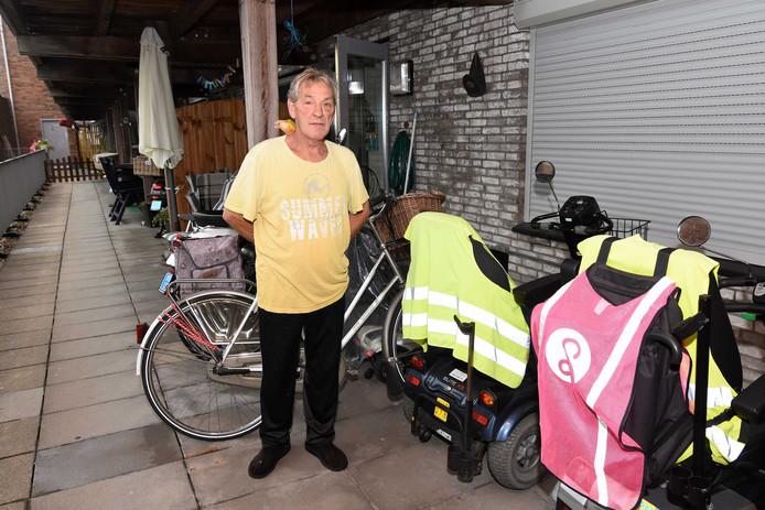 Scootmobielen en fietsen staan op het terras van Arie den Boef, nu de lift kapot is.