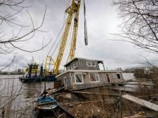 Reddingsoperatie voor Bossche woonboot; halve dag in de takels na storm Dennis