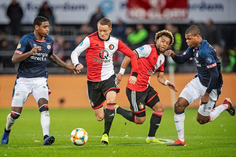 Sam Larsson neemt de bal over van Tonny Vilhena, Denzel Dumfries moet er achteraan. Beeld Guus Dubbelman / de Volkskrant