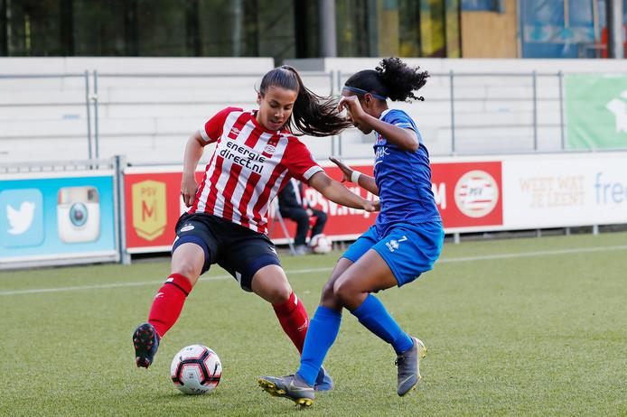 Naomi Pattiwael van PSV (l) in duel met Ashley Weerden van regerend landskampioen FC Twente.