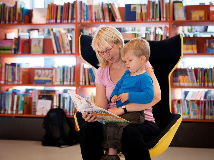Een moeder leest haar zoon voor tijdens de Nationale Voorleesdagen, die jaarlijks worden gehouden om het voorlezen te stimuleren.