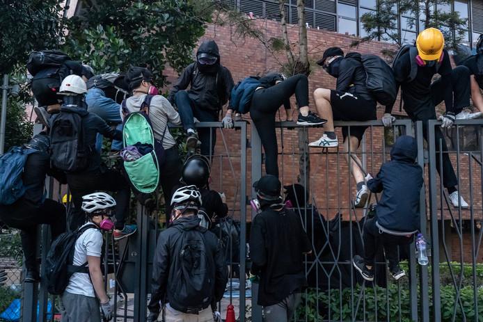Betogers proberen het terrein van de campus te verlaten.