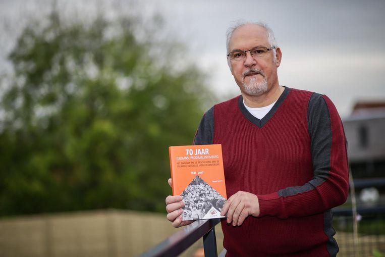 Ex-mijnwerker Renato Cipriani met zijn boek '70 jaar Italiaanse Pastoraal in Limburg'.
