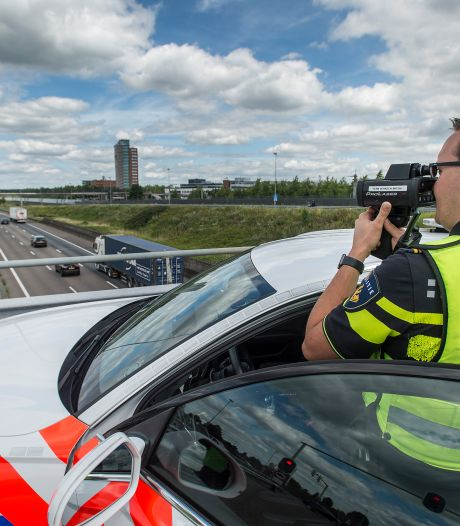 Bij werk aan de snelweg is het 's nachts prijsschieten voor de verkeerspolitie